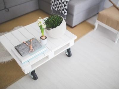Bílý konferenční stolek na kolečkách