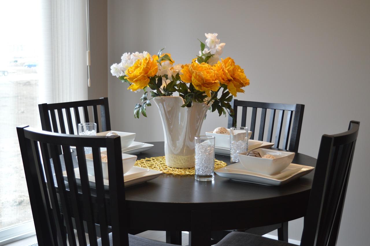 Jídelní stůl a 4 židle